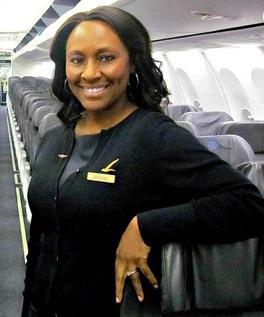 Une hôtesse de l'air voit « aidez-moi » écrit dans les toilettes de l'avion et appelle la police