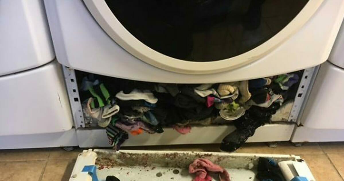 une maman appelle le plombier quand sa machine laver tombe en panne maintenant regardez ce. Black Bedroom Furniture Sets. Home Design Ideas